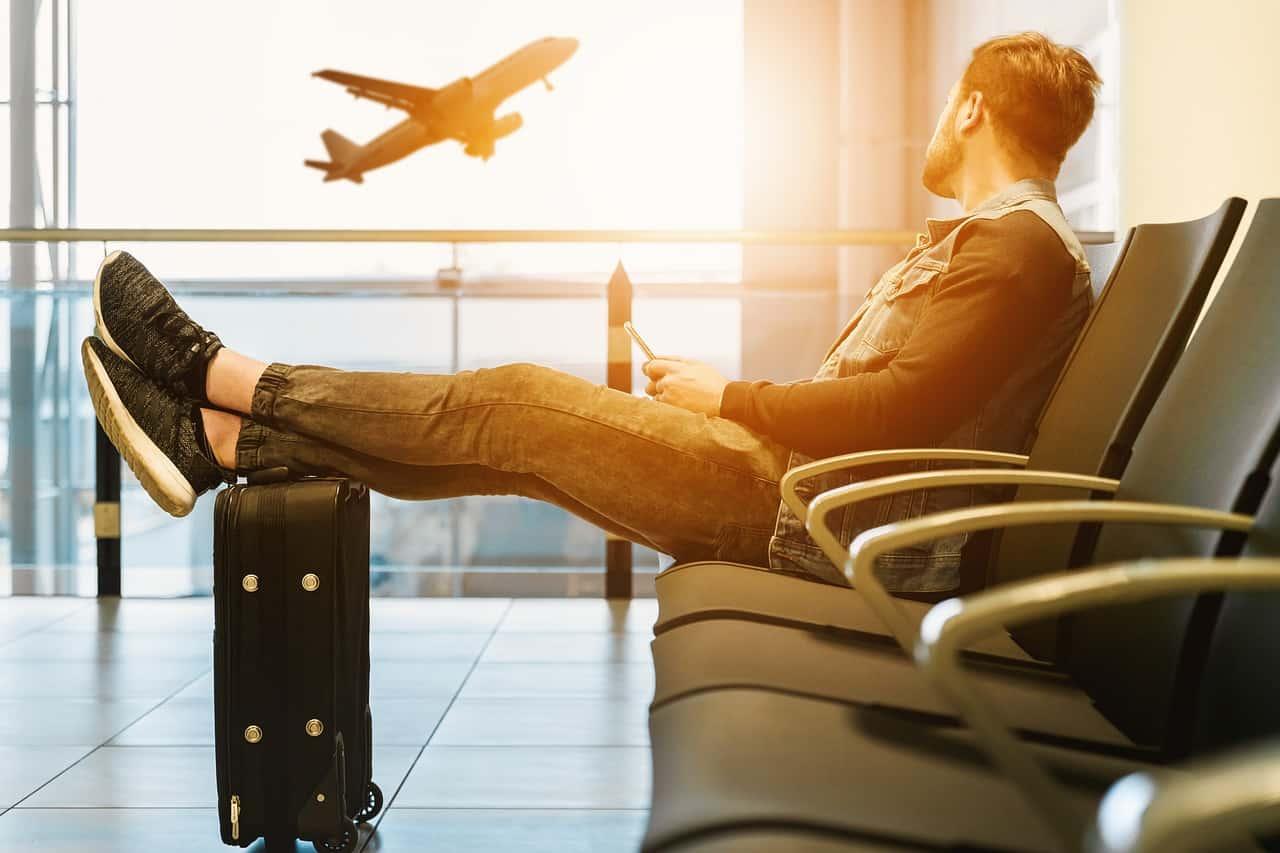 לקוח מחכה לטיסה